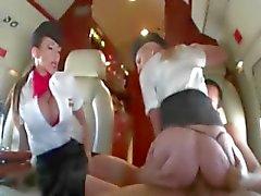 Stewardessen rijden pik in eerste klasse