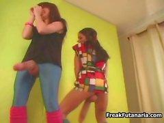 Zwei reizvollen tanzende Mädchen