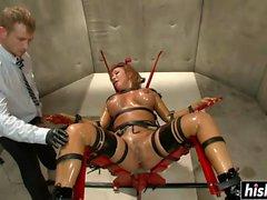 Ava Devine пользуется некоторыми действиями BDSM