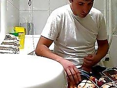 Handsome gay duden fångad runkar i toaletten