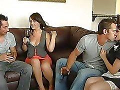 Kaksi brunette teini ei blowjob ja saa pussies nuolaisi kaksi kiimainen kaverit