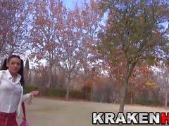 Krakenhot - Söpö provosoivia koulutyttö puistossa