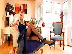 Blauwe schoenen en sexy rok en kous