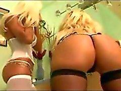 Kuuma ja povekas blondit Rhylee ja Rhyse vuorottelevatkukko kolmikko