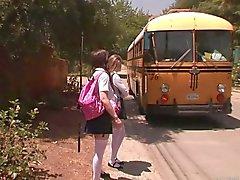 Delle ragazze fermata dell'autobus - di Faye Reagan