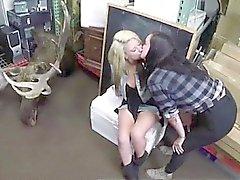 Giovane lesbica filmate baciando in contanti pedone