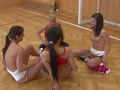 Neljä tyttöä oli juuri päättänyt istunnossa jalkapallon ja päätettiin laittaa extra harjoitus oman.