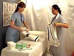 Duas meninas lésbicas jogar o doutor - supositório