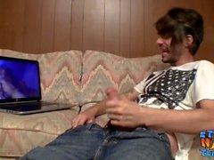 Dünne gerade Schläger abspritzt, während Internet porn beobachten