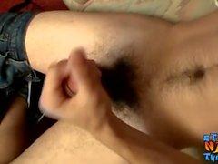Flaco matón se masturba mientras ve porno en Internet