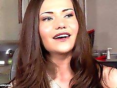 Brunette bonito Subil do arco fica entrevistados