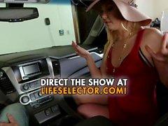Tärkeilevä MILF Aaliyah Love antaa suihin autossa