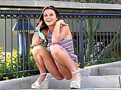 Tonårs i Lana som behöver pee