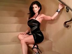 Merdivenleri on Denise Milani Sıcak - olmayan bir nude