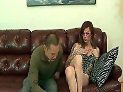 Reizvolles dünnes Transen bekommt ihr Füßen saugt
