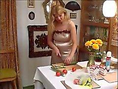 Mãe russa jogando com o menino tesão - Rayra