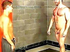 Männlichen Models im Duschraum durch die dem Jungen Abgefangen , Trainer Shay kann es einfach nicht