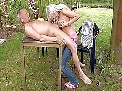 Oude Kerel neukt Blonde Hottie