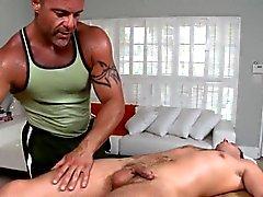 Massaggiatore omosessuale sta dando stallone di una sessione per via orale a servizio selvaggi