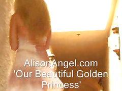 Işıltıyı giydirilmiş bir busty sarışın genç bebeğim parmakları kendi kendine