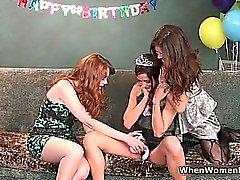 Três lesbianas belíssimas se divertir