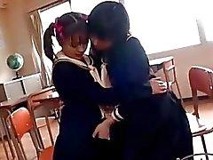 Junger Schoogirl mit kleinen Titten leidenschaftlich küssen Brüste rieben Pussy leckte durch andere Schoogirl Auf Dem Stuhl im Klassenzimmer