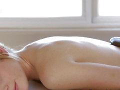 Lesbisk kvinna brudar pälsdjur paj sprutar