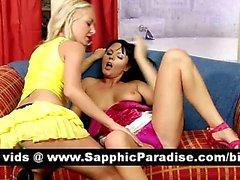 Гидромассажная блондинка и брюнетка Лесбос поцелуи и обладающие лесбо секс