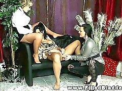 Urinando lésbica fazem xixi em se mutuamente