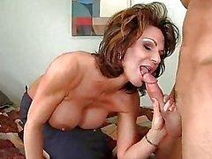 Momma caliente Deauxma se alimenta la boca con una jugosa polla realmente disfruta mucha