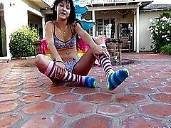Schattige Bailey vingeren haar plezier fontein