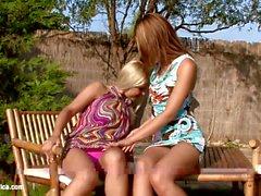 Ass Adventures com Nikitta e Rikki têm lésbicas anal divertimento ao ar livre