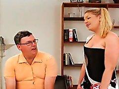 La mariquita a David rizado fenómeno enclavijado de un gran femdom tittied