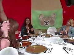 Grandes galos os amadores CFNM para sugar stripper na festa