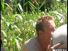 Sodomie dans le jardin avec papy