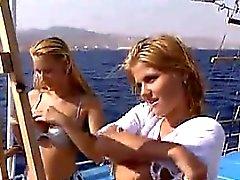 Blondinen dritt auf einem Boots