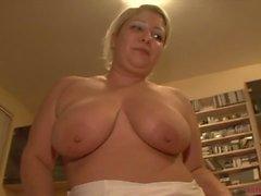 Big tits Storväxt mamma på porrfilm gjutnings