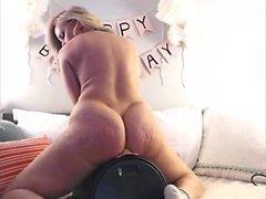 Louscious blonde blonde se masturba no chão da cozinha