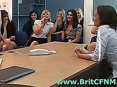 Niñas CFNM británico juegan con hombre desnudo