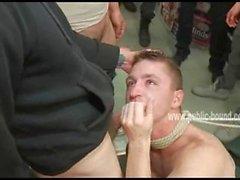 Fesses gai recoit une fessée tandis que fièvre nul bites au Blowjob profondes
