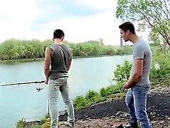 Cock que salen de pantalones cortos en Pesca público gay Por culo a la