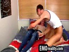 Mit zwei Blondinen emo Jugendlichen das Saugen seitig die Schwänze im Bette