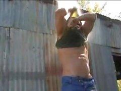Damien Kreuz Fucks einen Jack Daniels Flasche während Rucken
