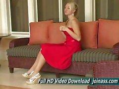 Alison Angel in einem sexy roten kleide verhält sich wie ein Model
