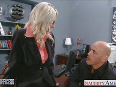 Sexy blonde Emma Starr çivilenmiş alır