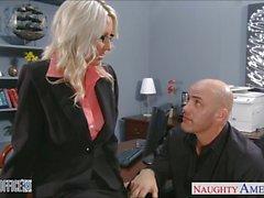 Sexy Blondine Emma Starr wird genagelt