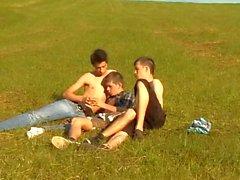 3 Jungs nackt auf dem Feld