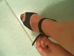sexy feet!!! amica si toglie le scarpe