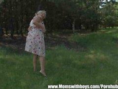 Senhora madura atrai o jovem rapaz Into the Woods