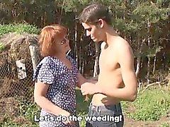 Excitado agrícola de Garoto fodendo um Redhead Ao Ar Livre madura